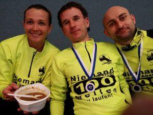 Es ist noch Suppe da! Geselliges Beisammensein nach dem Lauf mit Vereinskollegen und Ultraläufern von Überallher - auch das macht Rodgau aus. Foto: Katharina Goj-Hoppenheit