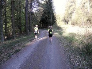 Ein schöner Rücken kann auch entzücken: Autorin Sonja Schmitt und Tom Meier auf dem Weg zum Brocken.