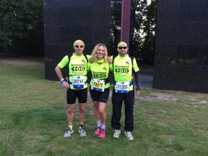 Die Autorin mit ihren Bodyguards (hält nur bis zur Startlinie, danach laufen sie - links Jörn Künstner, rechts Matze Weiser- ihr immer davon...)