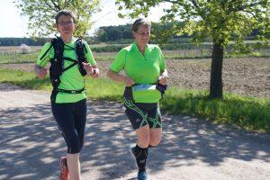 Weib und Gesang: Die Läuferzwillinge Gabriele Eisele und Martina Ramthun stimmten täglich neue Lauflieder an - und siegten am Ende in der Frauenwertung.