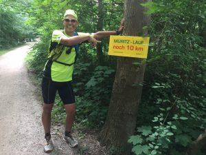 Der hat gut lachen, für ihn ist es nur ein lockeres, wenngleich längeres Trainingsläufchen: Tom bei Kilometer 65.