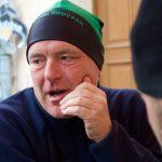 Gefragt als warmherziger Mitläufer: Olaf Ilk (hier mit der eigens kreierten Brockenlauf-Mütze). Bild: Jörg Levermann