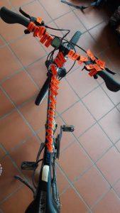 Immer den Pfeilen auf orange farbenen Grund folgen: Der Streckenmarkierer ist bestens vorbereitet. (Foto: Hendrik Fenz)