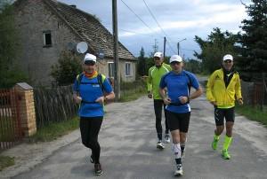 Alles schläft. Wir laufen. Nach wenigen Minuten haben wir die äußeren Ansiedlungen von Ośno Lubuskie erreicht. (Foto: Jörg Levermann)