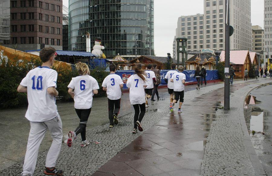 Die Strecke der Schüler-MauerwegTour 2013 führte am Potsdamer Platz vorbei. (Foto: LG Mauerweg, Levermann)