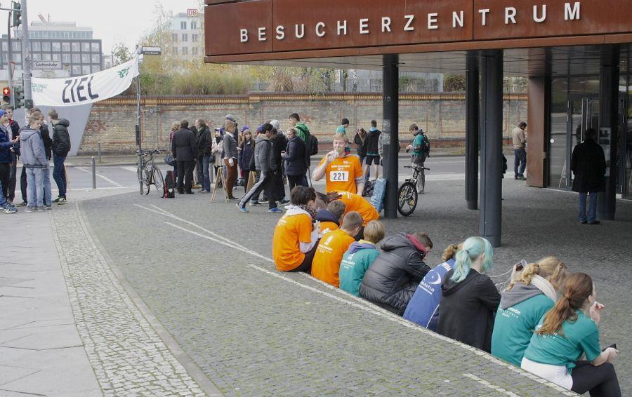 Am Ziel, dem Dokumentationszentrum der Gedenkstätte Berliner Mauer, wurden alle Teilnehmerinnen und Teilnehmer der Schüler-MauerwegTour ausgezeichnet. (Foto: LG Mauerweg, Levermann)