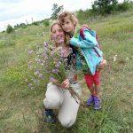 Blumen für die Siegerin: Sonja Schmitt mit Tochter Pauline.