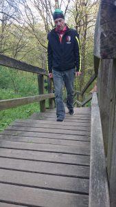 Rennleiter Harald prüft die Beschaffenheit der Zieltreppe an der Burg Rabenstein, dem Ende der zweiten Etappe.