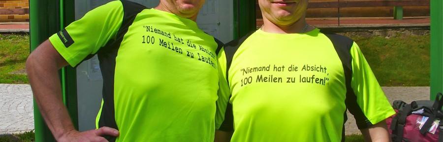 Bauch rein, Brust raus! Harald Reiff (links) und Andreas Deák sind stolz wie Oskar mit den Vereins-T-Shirts. (Foto: Jörg Levermann)