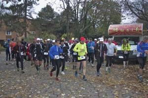 Am 9. November 2012 starteten 70 Langstreckenläuferinnen und -läufer zur MauerwegTour, dem Etappenlauf auf dem Mauerweg. (Foto: Jörg Levermann)