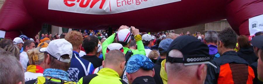 Samstag, 12. Mai 2012, 6 Uhr in Eisenach. Der Startschuss zum 40. Rennsteig-Supermarathon fällt in Eisenach. Und das Starttor sackt in sich zusammen. Helfer müssen es Stützen. (Foto: Jörg Levermann)